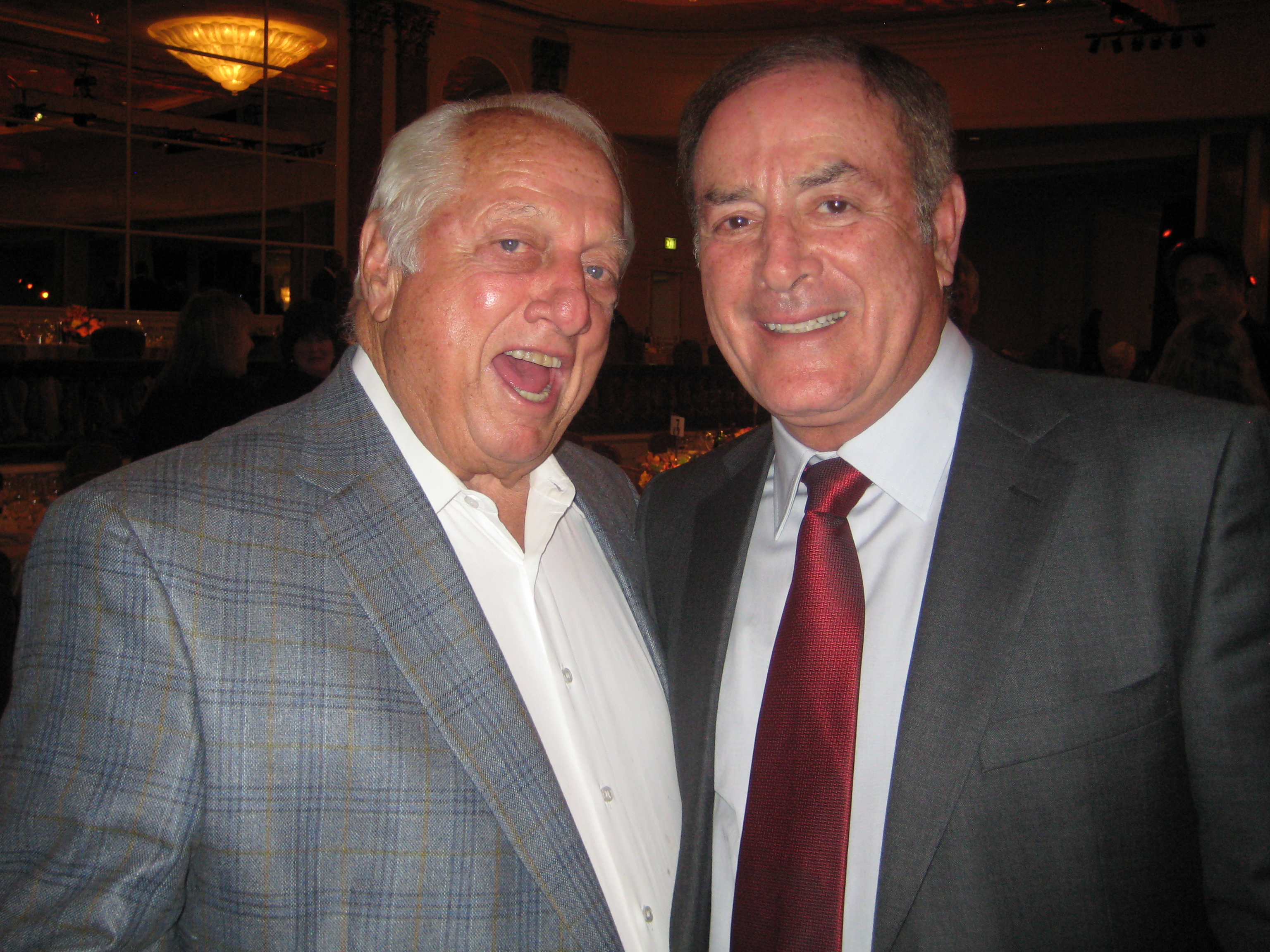 Photo of Al Michaels & his friend baseball player  Tommy Lasorda -